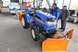 Iseki TH 4335, equipped with two-sided hydraulic adjustable paddle for ISEKI snow-cleaner